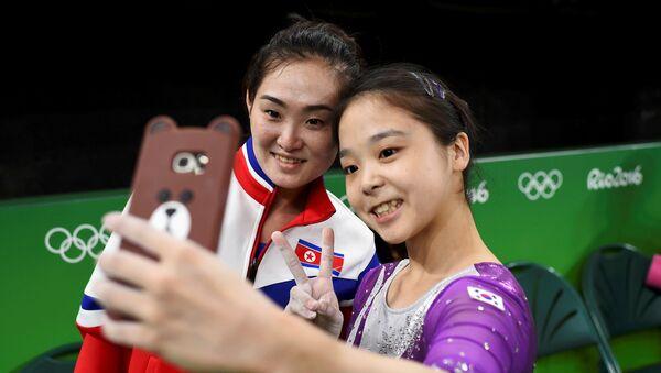 Dos gimnastas de las dos Coreas, Lee Eun-jo, de Corea del Sur, y Hong Un Jong, de Corea del Norte - Sputnik Mundo