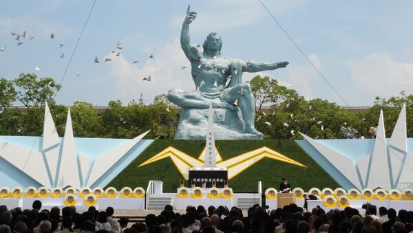 Doves fly over the Peace Statue during a memorial ceremony to mark the 70th anniversary of the atomic bombing of Nagasaki on August 9, 2015 - Sputnik Mundo