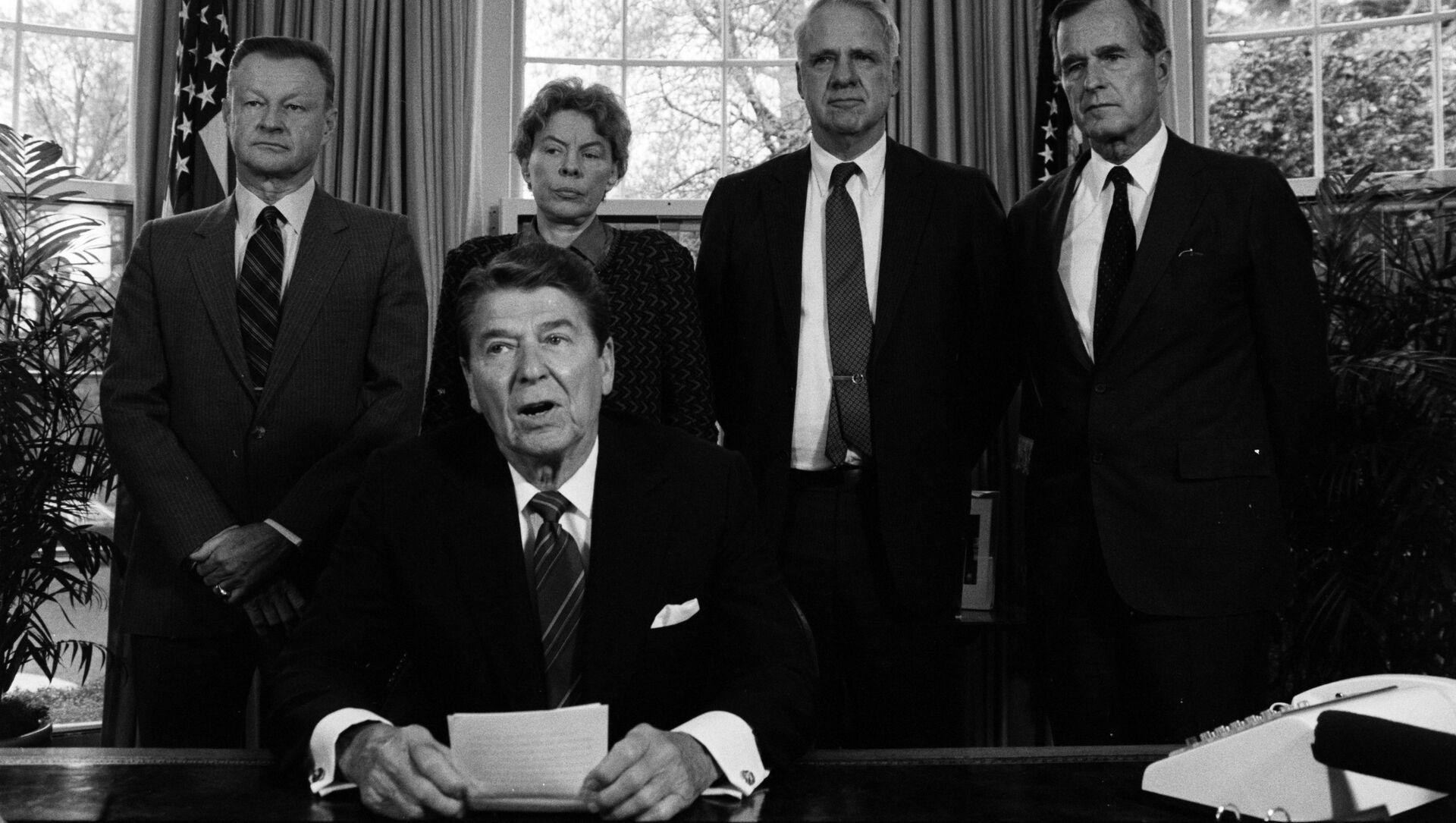 El presidente Ronald Reagan en un encuentro en la Casa Blanca con los líderes conservadores de la defensa (archivo) - Sputnik Mundo, 1920, 18.01.2021