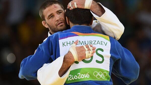 Travis Stevens y Hasán Halmurzaev después de que el partido final del torneo masculino de judo en la categoría de hasta 81kg en los JJOO de Río 2016. - Sputnik Mundo