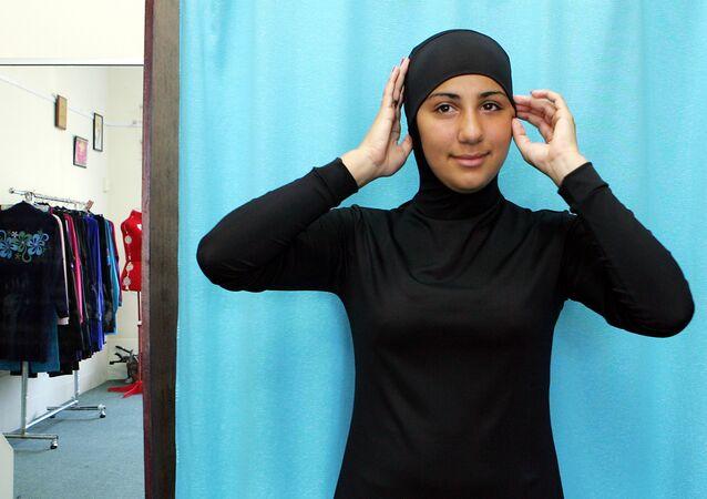 La modelo australiana Mecca Laalaa vestida en burkinia (archivo)