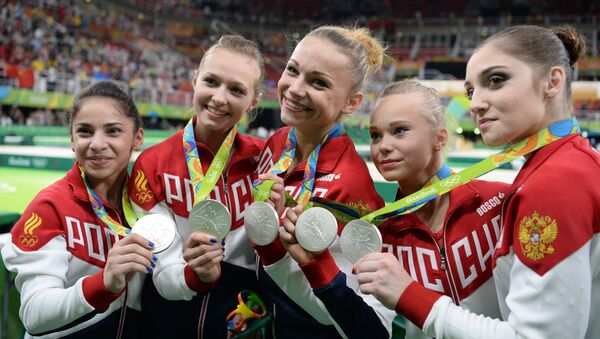 Спортсменки сборной России, завоевавшие серебряные медали в командном многоборье среди женщин на соревнованиях по спортивной гимнастике на XXXI летних Олимпийских играх, на церемонии награждения - Sputnik Mundo