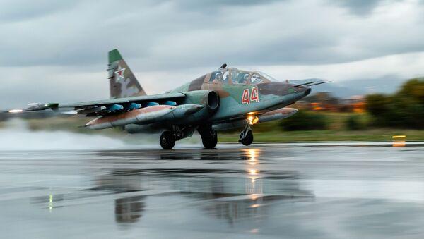 Un avión ruso Su-25 en la base aérea de Hmeymim en Siria - Sputnik Mundo