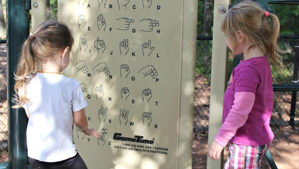 Las niñas investigando lengua de señas - Sputnik Mundo