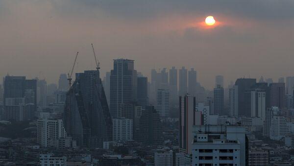 A partial solar eclipse is seen in Bangkok, Thailand, March 9, 2016. - Sputnik Mundo