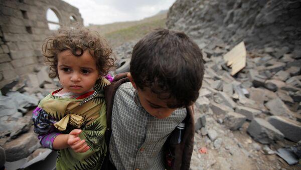 Los niños en una casa destruida, Yemen - Sputnik Mundo
