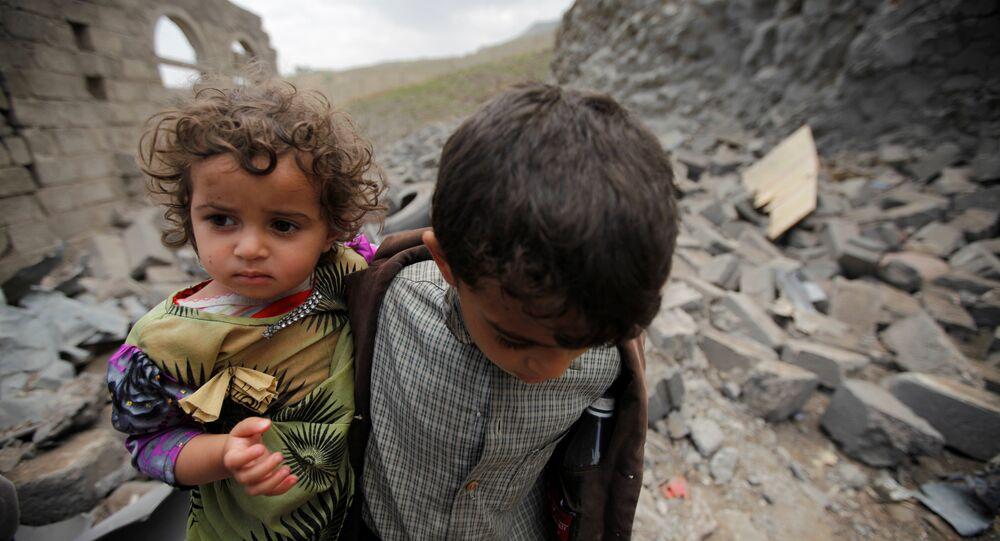 Los niños en una casa destruida, Yemen