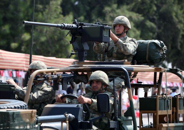 Militares turcos durante un desfile militar en Nicosia