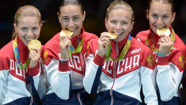 Equipo femenino ruso de esgrima ganó oro en la competición por equipos en los Juegos Olímpicos de Río 2016, de izquierda a derecha: Ekaterina Dyachenko, Yana Egoryan, Julia Gavrilova y Sofía Velikaya. - Sputnik Mundo