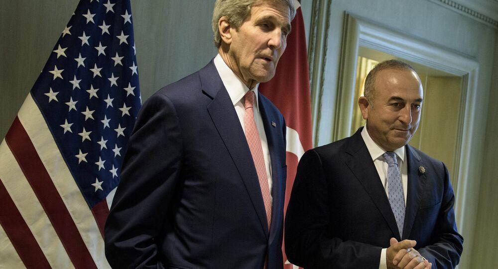 Ministro turco de Exteriores, Mevlut Cavusoglu, y el secretario de Estado de EEUU, John Kerry (archivo)