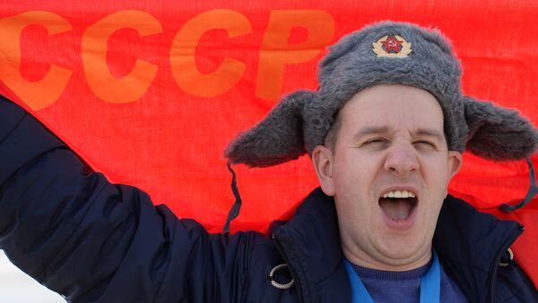 Un hombre con una bandera roja que dice 'URSS' - Sputnik Mundo