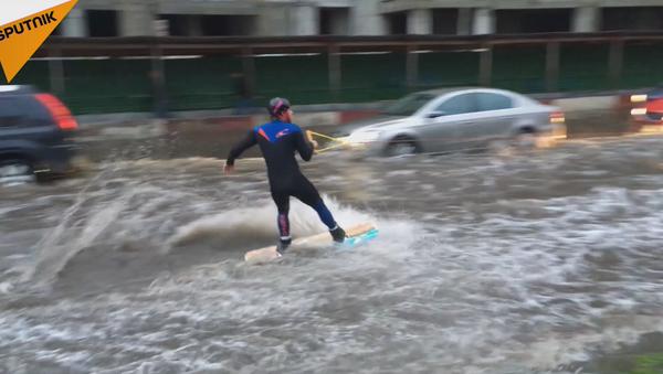 Al mal tiempo, buena cara: los moscovitas se divierten después de las lluvias torrenciales - Sputnik Mundo