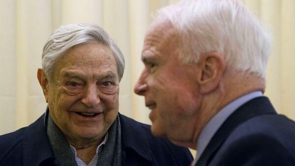 George Soros con el Senador John McCain - Sputnik Mundo