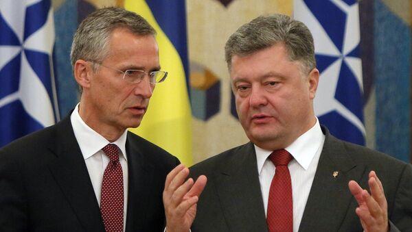 NATO Secretary General Jens Stoltenberg, left, and Ukrainian President Petro Poroshenko talk before the meeting with he media in Kiev, Ukraine, Tuesday, Sept. 22, 2015 - Sputnik Mundo