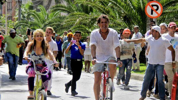 Shakira y Carlos Vives en la grabación del clip de La Bicicleta - Sputnik Mundo