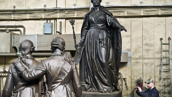 El monumento a la emperatriz rusa Catalina la Grande antes del envío a Crimea - Sputnik Mundo