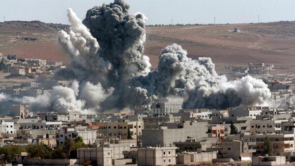 ataque aéreo de la coalición encabezada por EEUU. Kobani, Siria - Sputnik Mundo