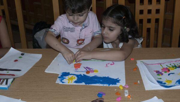 Las clases gratuitas de artes plásticas para niños en Siria - Sputnik Mundo