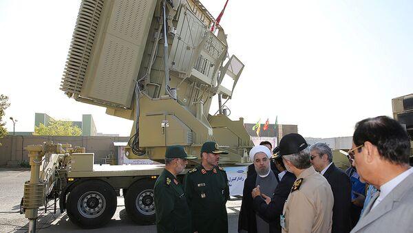 El presidente de Irán, Hasán Rohani y el ministro de Defensa de Irán, Husein Dehgan en la inauguración del Bavar-373 - Sputnik Mundo