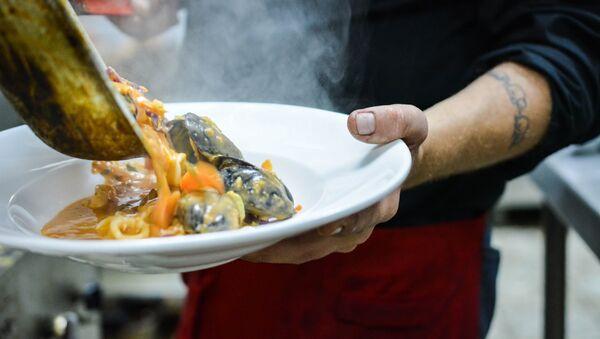 Un chef sirve el plato - Sputnik Mundo