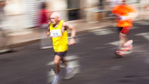 Un maratonista anciano (Archivo) - Sputnik Mundo
