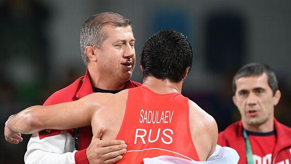 Dzambolat Tedeev, entrenador ruso de lucha libre, y Abdulrashid Sadulaev, campeón de Río en lucha de estilo libre - Sputnik Mundo