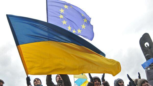 Las banderas de Ucrania y la UE (archivo) - Sputnik Mundo