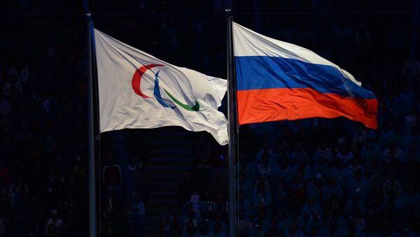 Bandera con el logo de Comité Paralímpico Internacional y bandera de Rusia - Sputnik Mundo