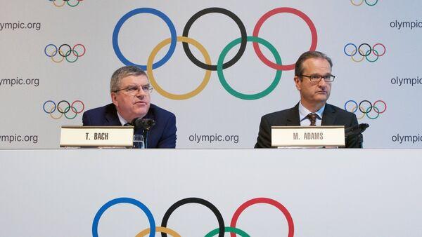 El Presidente del Comité Olímpico Internacional Thomas Bach (a la izquierda) y el Director de Comunicaciones Mark Adams (a la derecha) - Sputnik Mundo