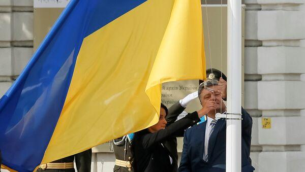 El presidente de Ucrania, Petró Poroshenko en la ceremonia de izamiento de la bandera nacional - Sputnik Mundo