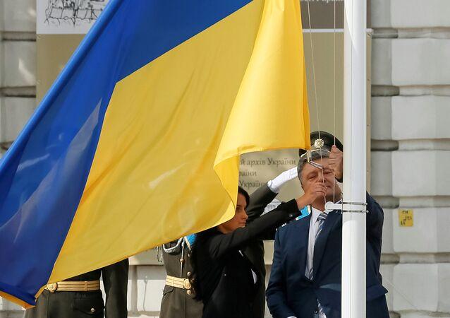 El presidente de Ucrania, Petró Poroshenko en la ceremonia de izamiento de la bandera nacional (archivo)