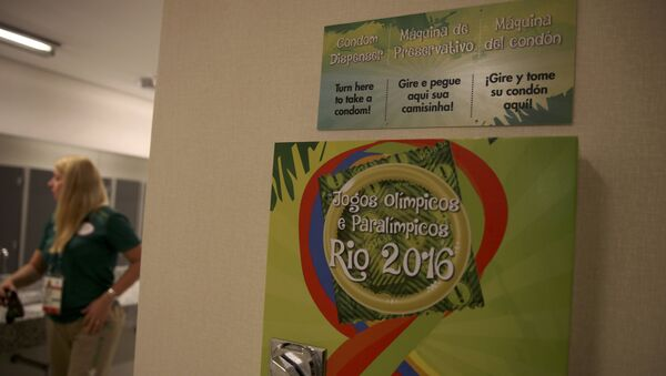 Un dispensador de preservativos en la Villa olímpica en Río - Sputnik Mundo