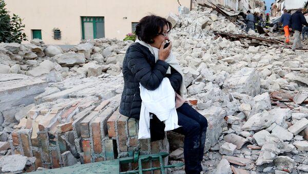 Una mujer tras el sismo en Amatrice, Italia - Sputnik Mundo
