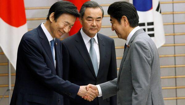 El primer ministro japonés, Shinzo Abe, el canciller surcoreano, Yun Byung-se y el canciller chino, Wang Yu - Sputnik Mundo