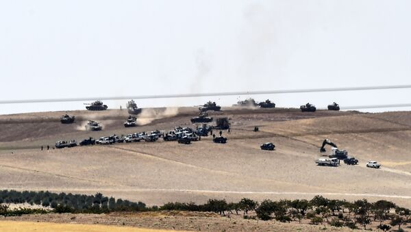 Turkish army tanks and pro-Ankara Syrian opposition fighters moving two kilometres west from the Syrian Turkish border town of Jarabulus - Sputnik Mundo