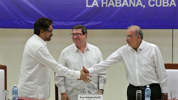 Iván Márquez, leader de las FARC, Bruno Rodriguez, canciller cubano, y Humberto de la Calle, negociador del Gobierno colombiano - Sputnik Mundo