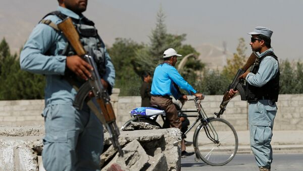 Afghan policemen stand guard at a checkpoint near the site of kidnapping in Kabul - Sputnik Mundo