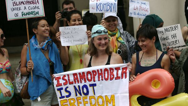 Británicas protestan ante la Embajada de Francia por el veto al burkini - Sputnik Mundo