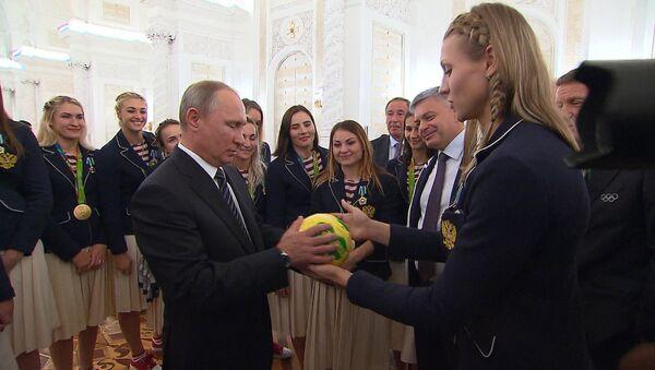 Putin recibe un 'regalo especial' de la selección femenina rusa de balonmano - Sputnik Mundo