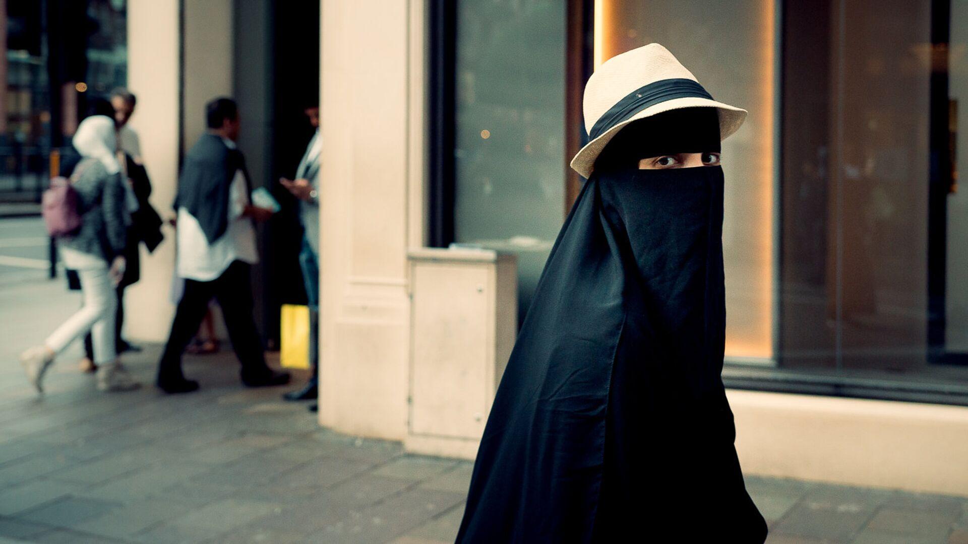 Una mujer en niqab - Sputnik Mundo, 1920, 07.03.2021