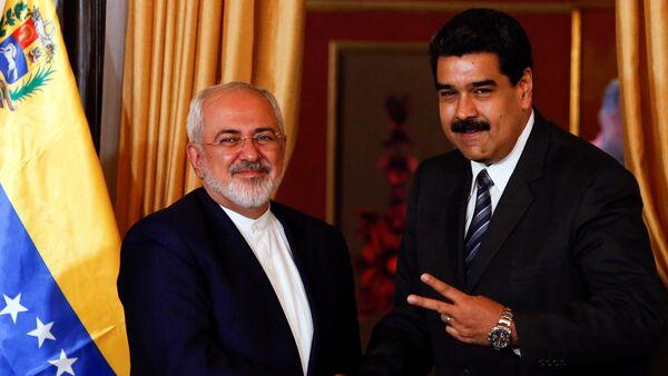 Venezuela's President Nicolas Maduro (R) and Iranian Foreign Minister Mohammad Javad Zarif shake hands during their meeting in Caracas, Venezuela August 27, 2016. - Sputnik Mundo
