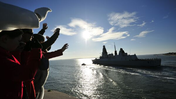People watch and wave as the new British Royal Navy destroyer HMS Daring, the first of the Royal Navy's new Type 45 destroyers - Sputnik Mundo