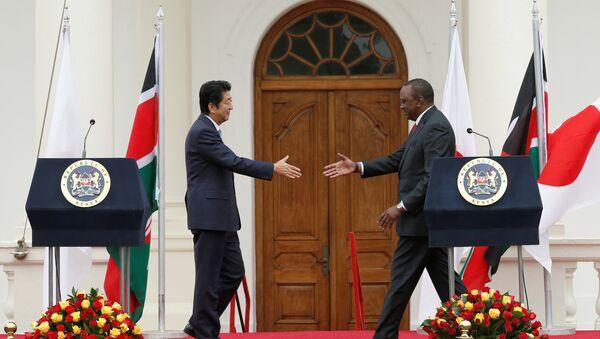 Shinzo Abe, primer ministro de Japón, y Uhuru Kenyatta, presidente de Kenia, en la conferencia de TICAD en Nairobi - Sputnik Mundo