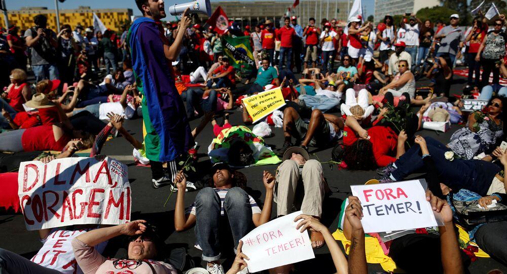 Los manifestantes enfrente del Senado, Río de Janeiro