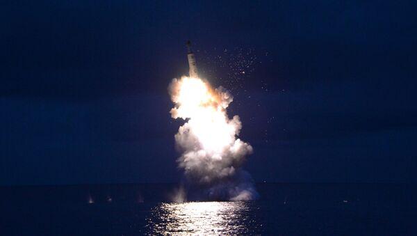 Lanzamiento de un misil desde un submarino por Pyongyang - Sputnik Mundo