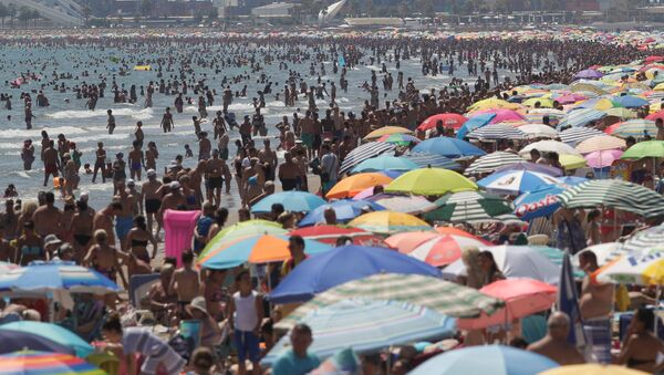 People enjoy the beach in Valencia - Sputnik Mundo