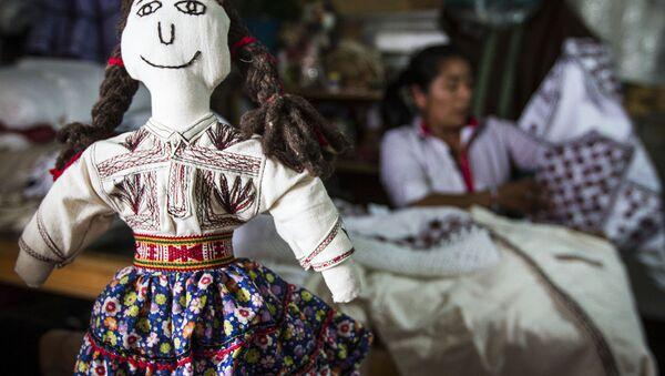 La muñeca en la camiseta bordada, Tlahuitoltepec, México - Sputnik Mundo
