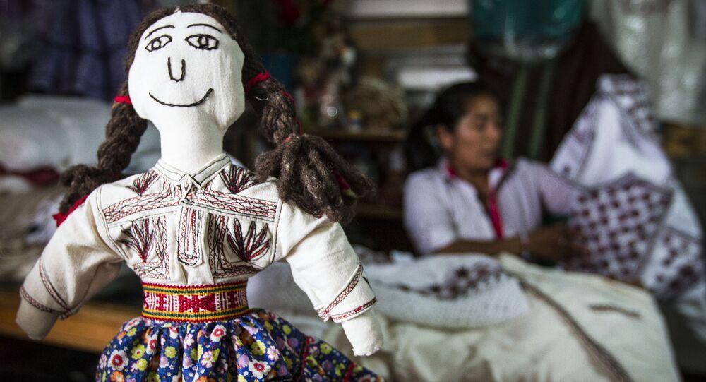 La muñeca en la camiseta bordada, Tlahuitoltepec, México