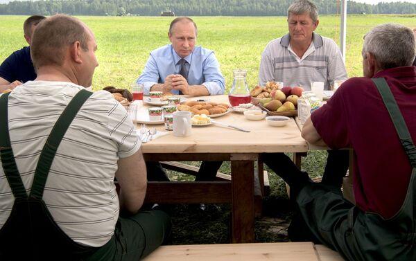 Putin toma yogur en la región de Tver - Sputnik Mundo