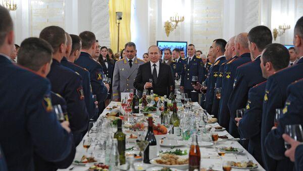 Russian President Vladimir Putin hosts reception in honor of military academy graduates - Sputnik Mundo